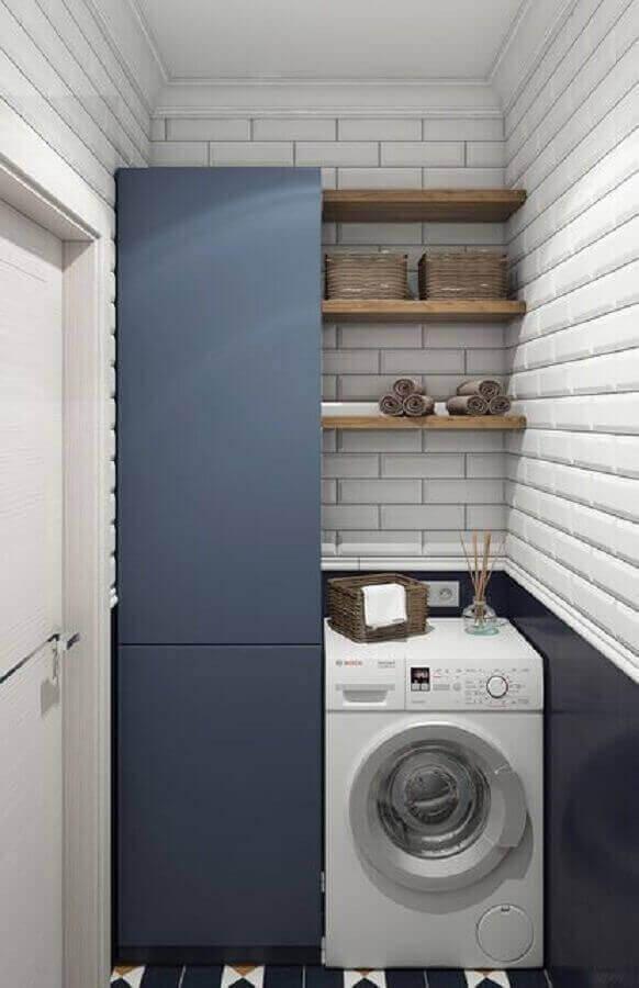 Prateleira para lavanderia pequena decorada com metro white e armário azul escuro