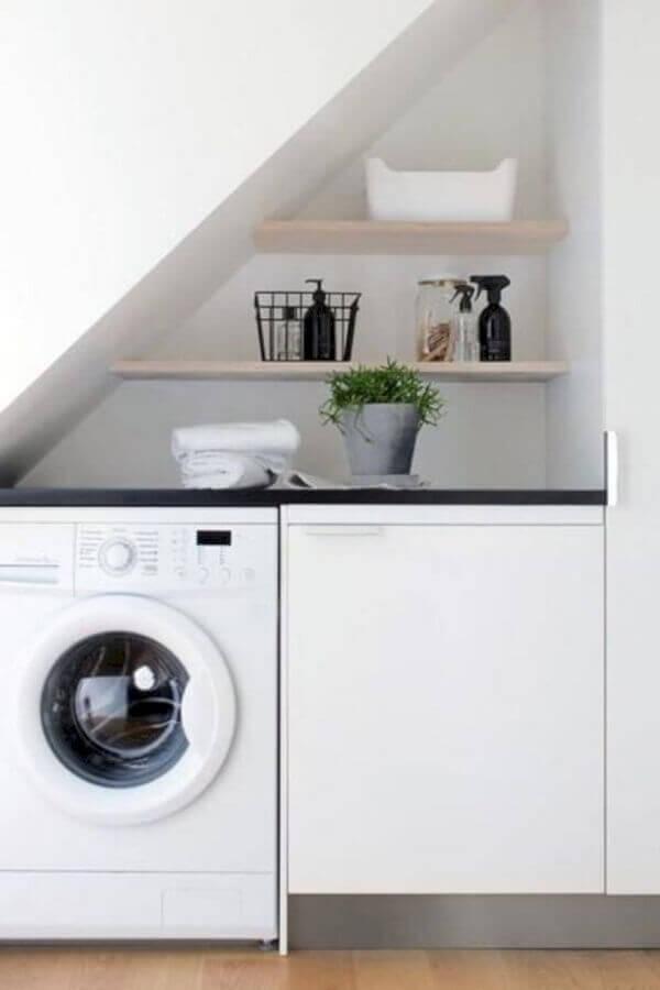 Prateleira para lavanderia pequena embaixo da escada