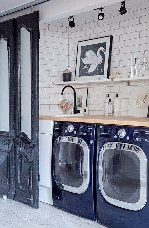 Prateleira para lavanderia simples decorada com bancada de madeira