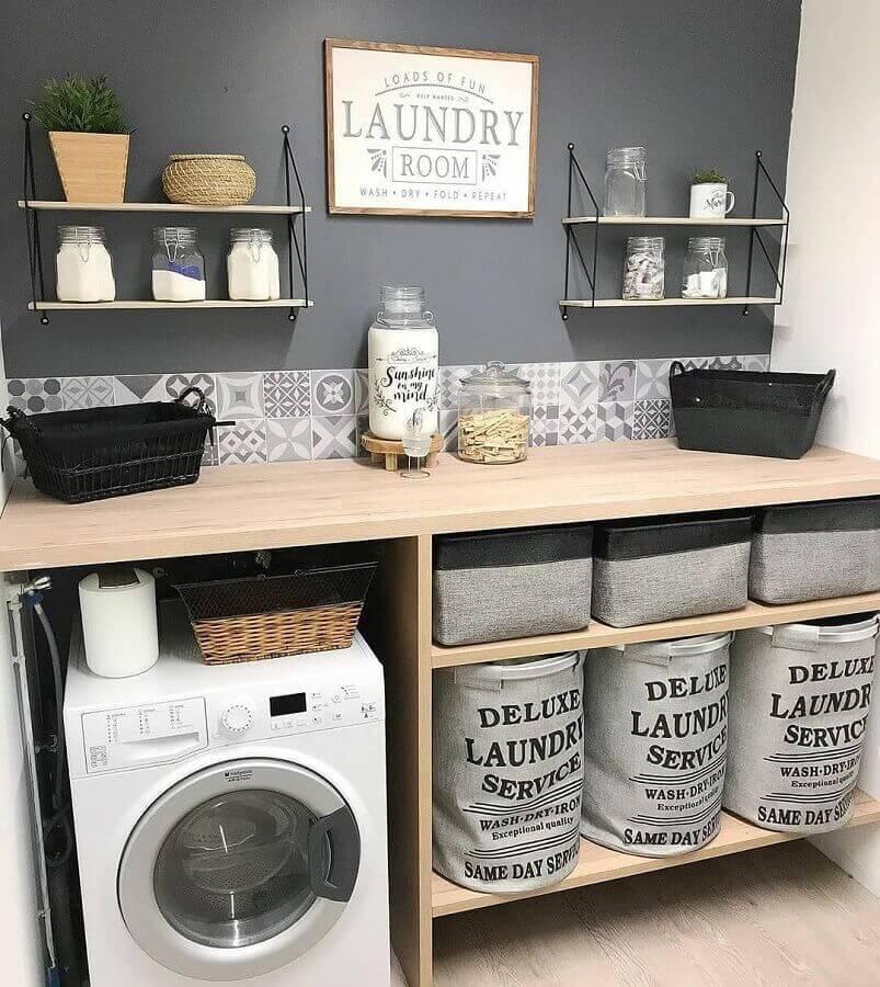 Prateleira para lavanderia simples decorada em tons de cinza