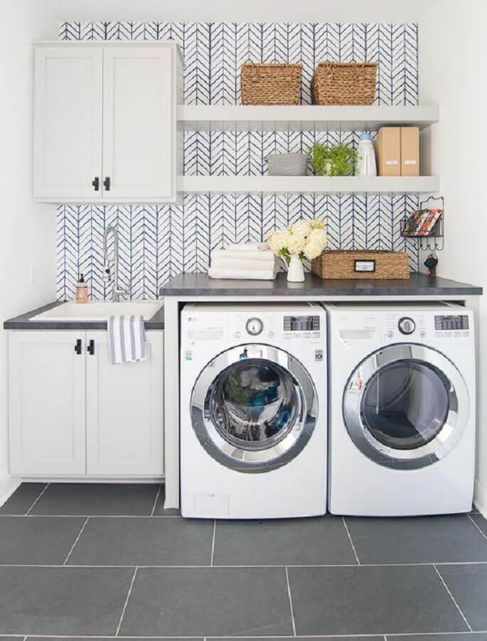 Prateleira planejada para decoração de lavanderia branca e cinza
