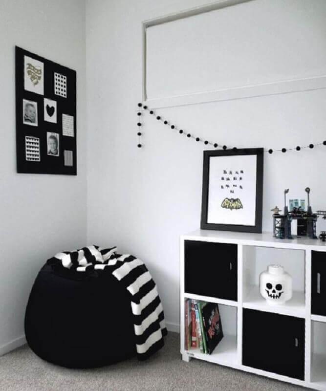 puff fofão preto para decoração minimalista  Foto Jeito de Casa