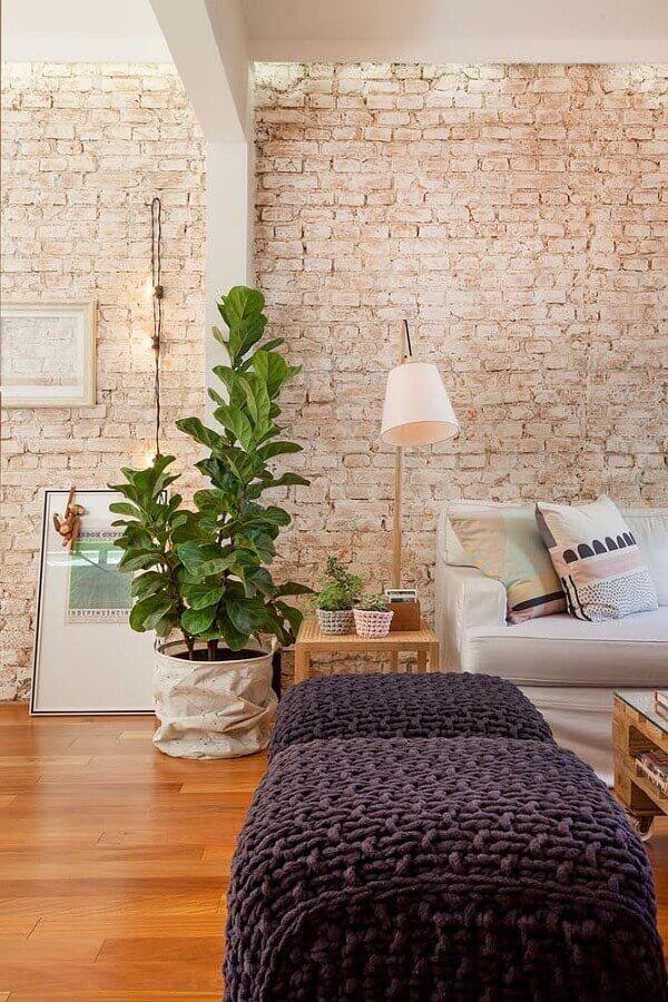 puff preto de crochê para decoração de sala com parede de tijolinho rústica Foto Histórias de Casa
