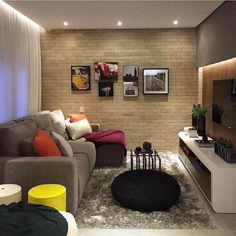 puff preto para sala de TV decorada com parede de tijolinho Foto Pinterest
