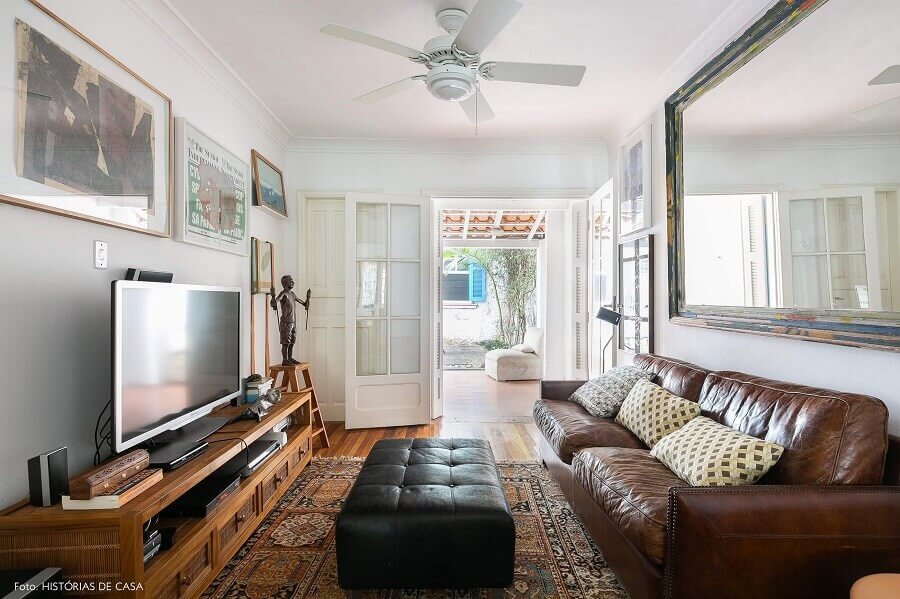 puff preto para sala decorada com sofá de couro  Foto Histórias de Casa