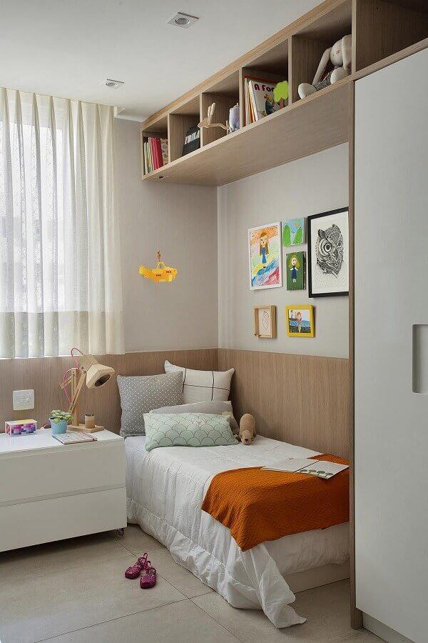 Quadros para quarto feminino pequeno decorado em cores neutras e claras