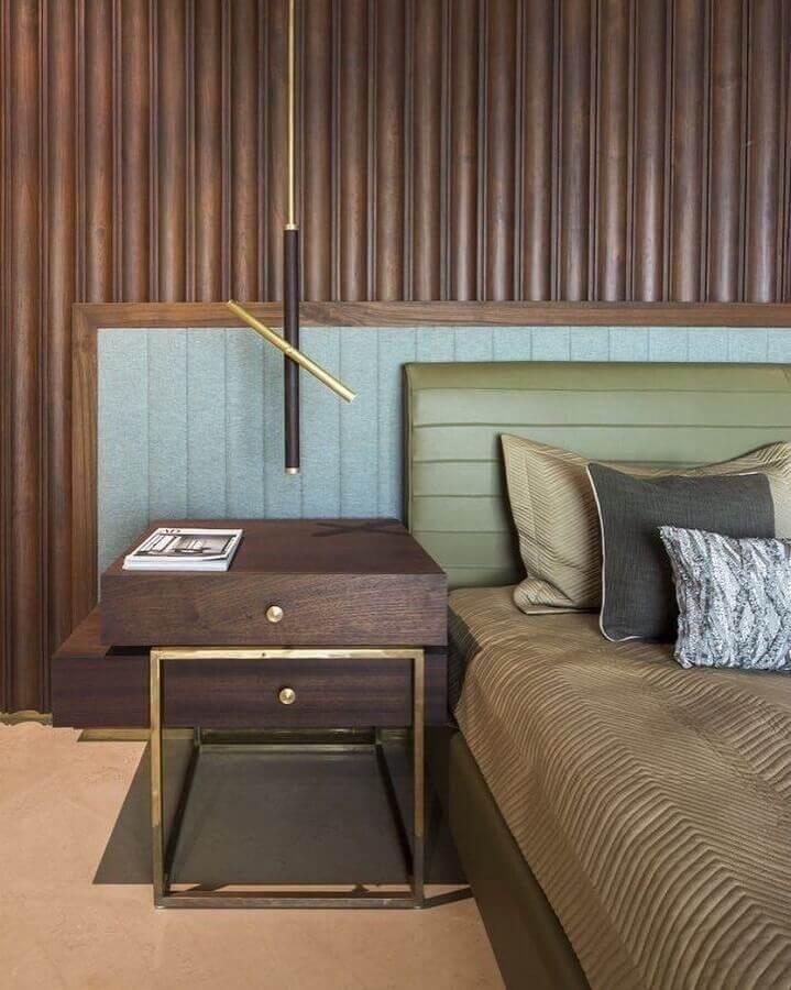 quarto amadeirado moderno decorado com cabeceira verde oliva Foto La Kombina