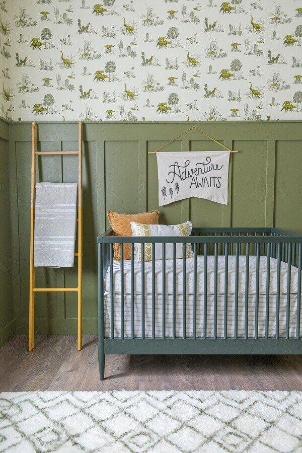 quarto de bebê decorado com berço cinza e parede verde oliva  Foto Pinterest