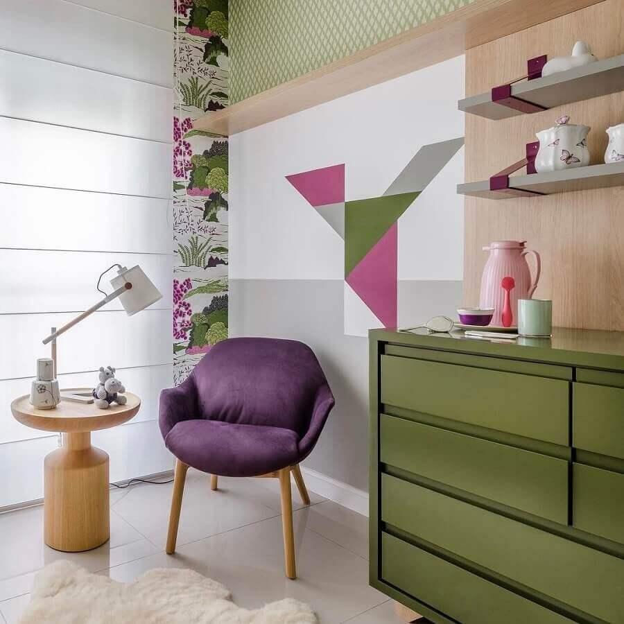 quarto de bebê decorado com cômoda verde oliva Foto Andrea Murão