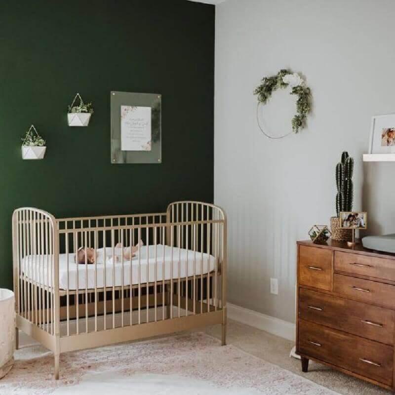 Quarto de bebê simples decorado com parede cor verde escuro