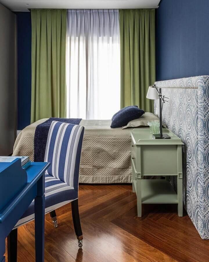 quarto de casal azul decorado com cortina na cor verde oliva  Foto Maurício Karam Arquitetura