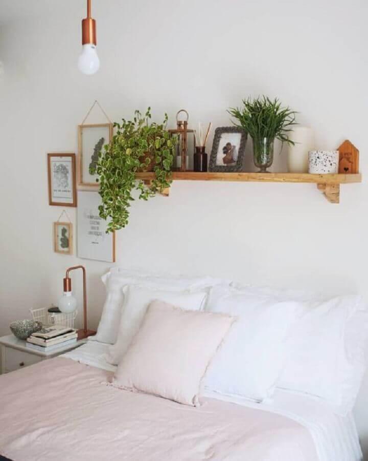 Quarto de casal simples decorado com prateleira de madeira