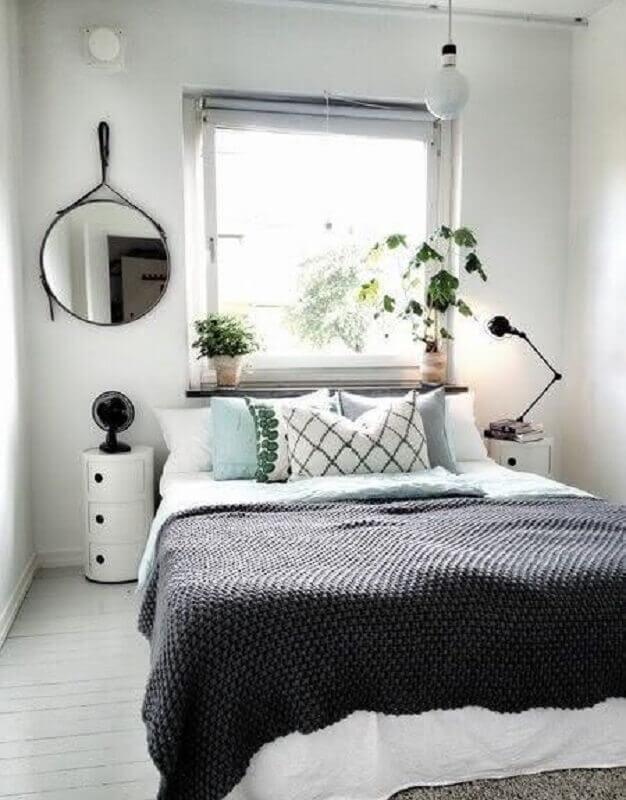 Quarto de casal simples e minimalista decorado com espelho redondo