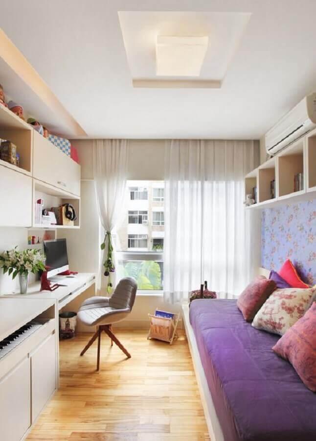 quarto de solteiro decorado com cadeira acolchoada para escrivaninha Foto Dcore Você