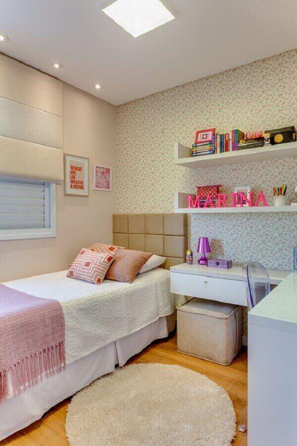 Quarto de solteiro feminino pequeno e simples decorado com tapete redondo e papel de parede floral