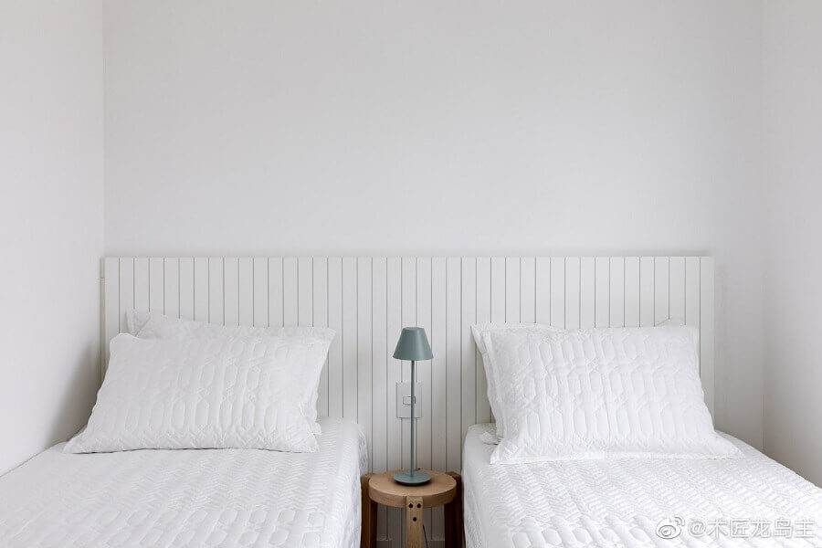 Quarto de solteiro minimalista decorado com cabeceira branca