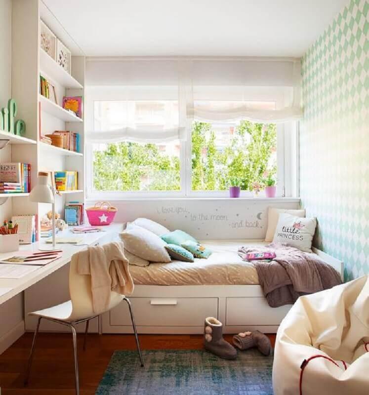 Quarto feminino pequeno decorado com móveis planejados
