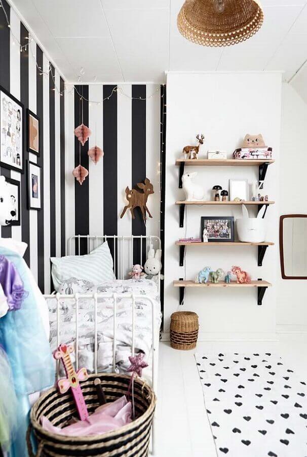 Quarto infantil feminino pequeno branco decorado com papel de parede listrado preto e branco