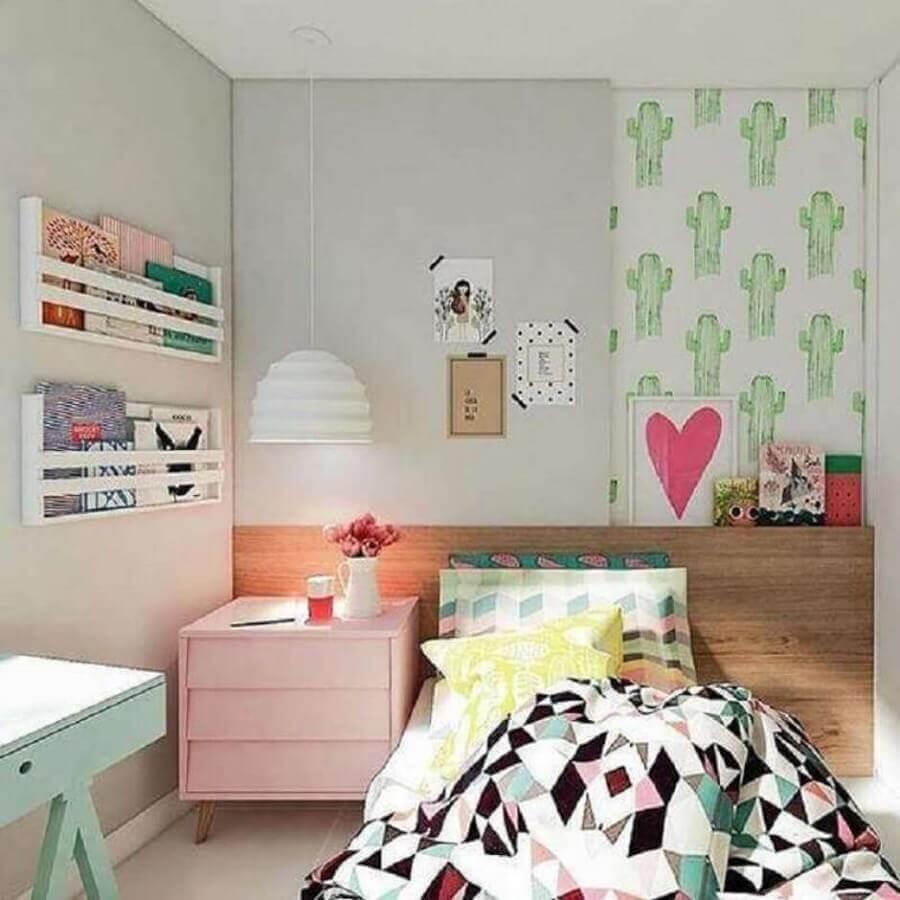 Quarto infantil feminino pequeno decorado com papel de parede de cactos e criado mudo cor de rosa