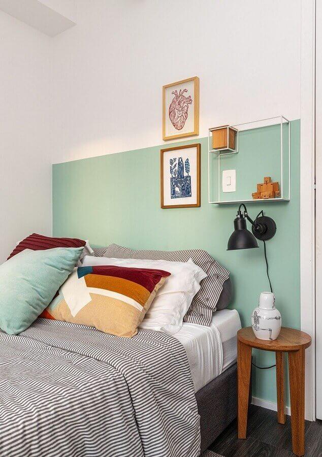 Quarto simples decorado com parede cor verde menta