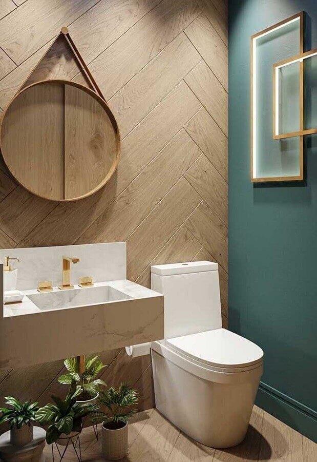 revestimento amadeirado para decoração de banheiro social com espelho redondo Foto Architecture Art Designs