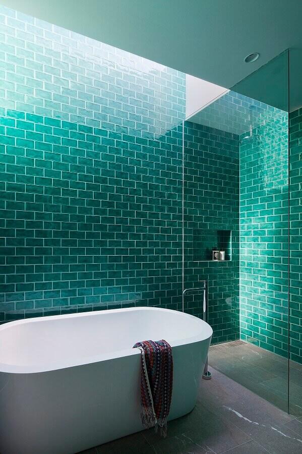Revestimento cor verde água para banheiro decorado com banheira