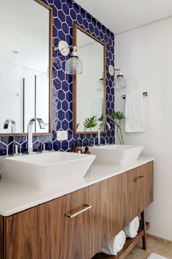 revestimento hexagonal para banheiro azul marinho e branco decorado com gabinete de madeira Foto Casa de Valentina