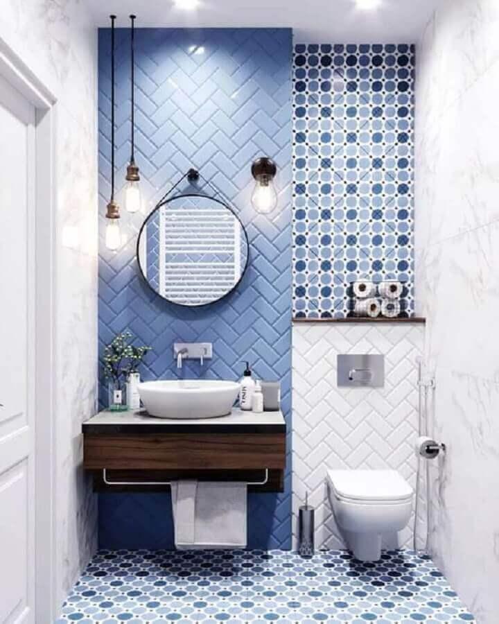 revestimento para banheiro azul decorado com espelho redondo Foto Pinterest