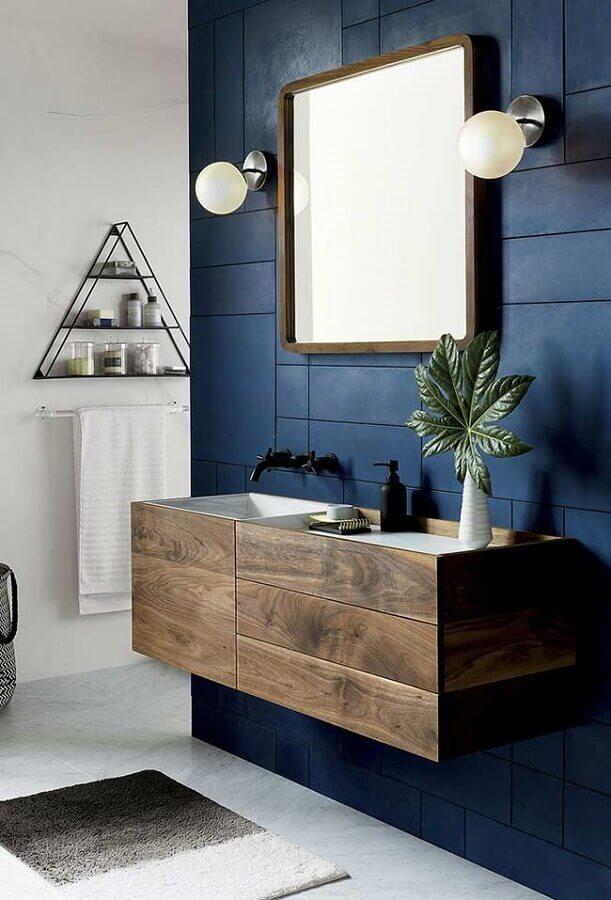 revestimento para banheiro azul marinho decorado com gabinete de madeira Foto Home Fashion Trend