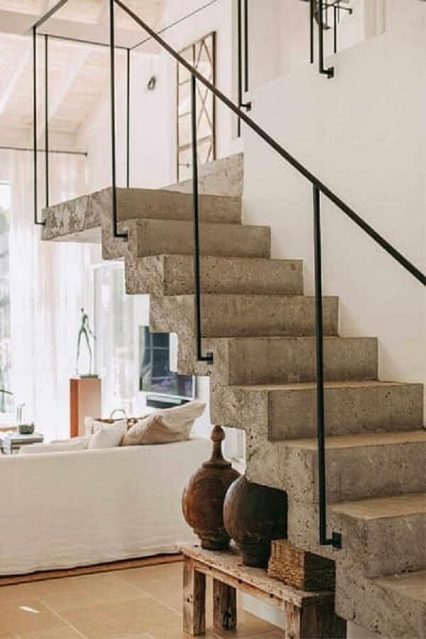 Revestimento para escada de concreto com corrimão de ferro