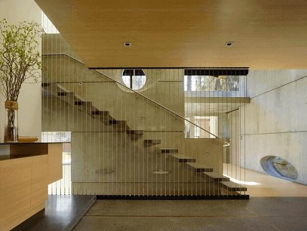 Revestimento para escada de concreto com lateral formada por cabos de aço