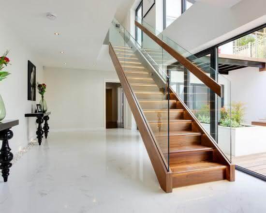 Revestimento para escada em madeira com guarda-corpo de vidro