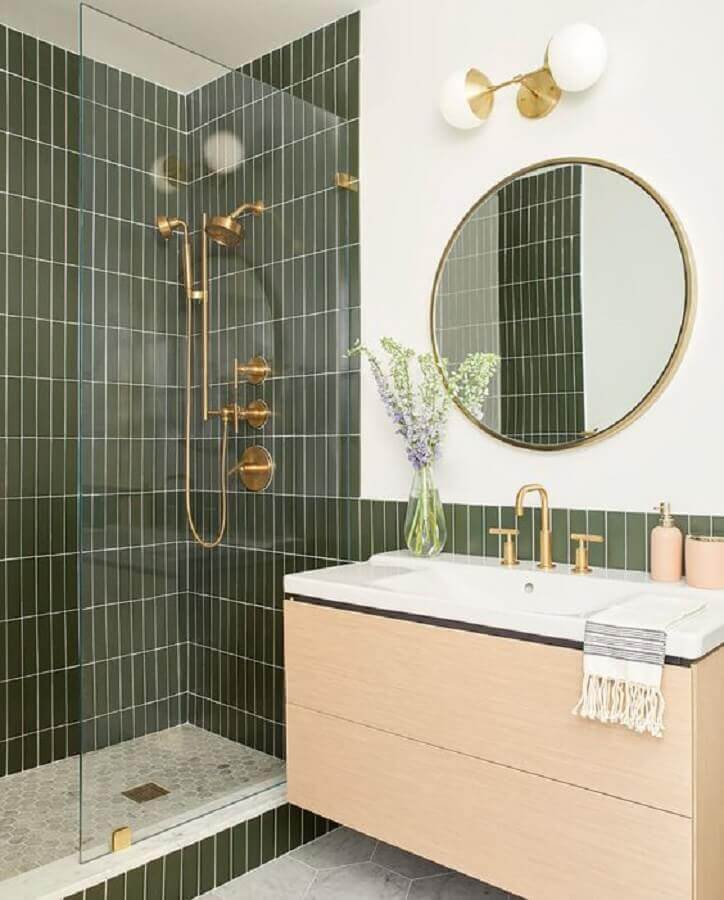 revestimento verde oliva para banheiro decorado com gabinete de madeira e espelho redondo  Foto Casa de Valentina