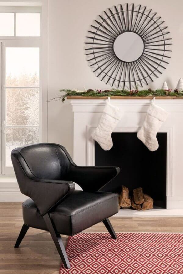 Sala com lareira decorada com poltrona preta moderna