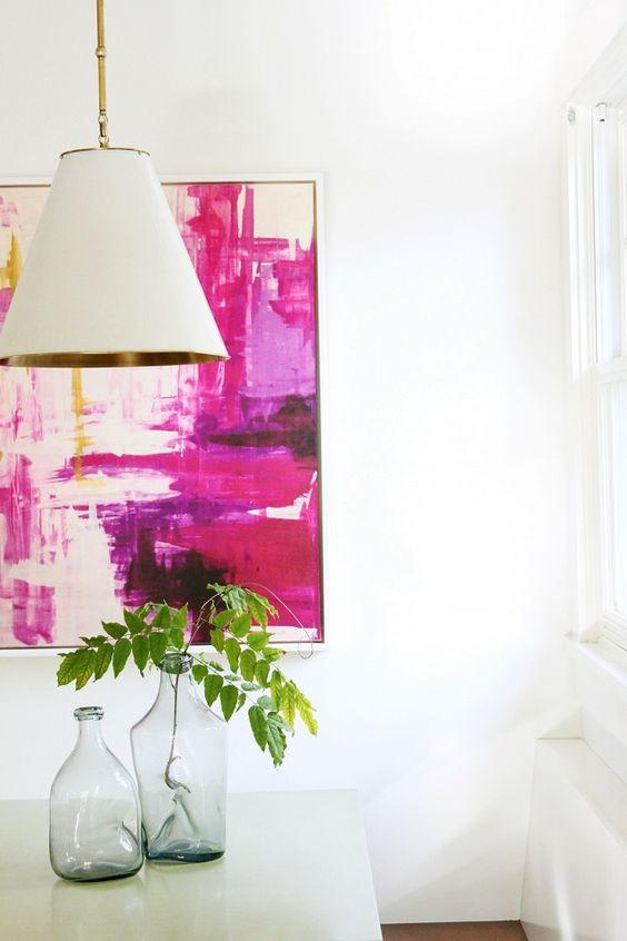 Sala com lustre branco e quadro colorido