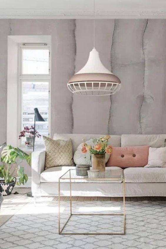Sala com lustre branco e rose gold