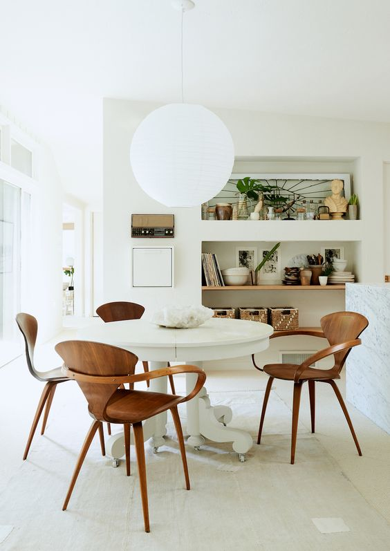 Sala com lustre branco redondo