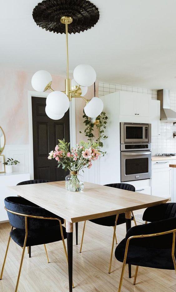 Sala com lustre branco redondo e moderno