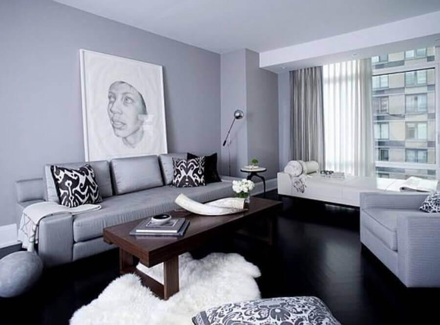 Sala de estar cinza decorada com piso vinílico preto
