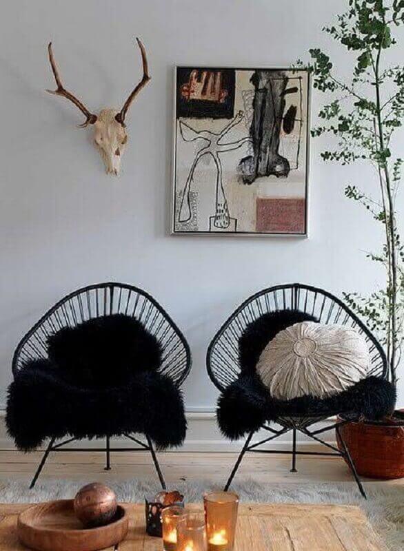Sala de estar decorada com poltrona preta moderna