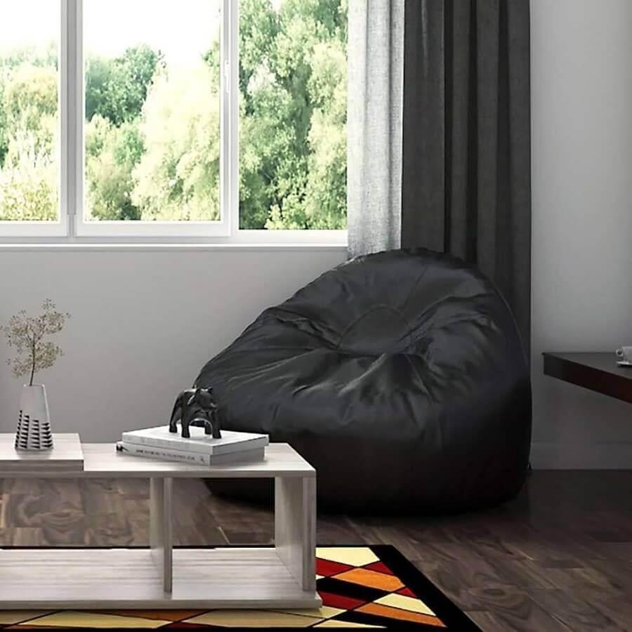 sala de estar decorada com puff fofão preto Foto Pinterest