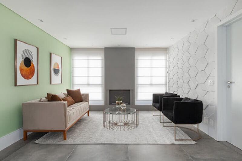 Sala de estar decorada com revestimento 3D e poltrona preta moderna