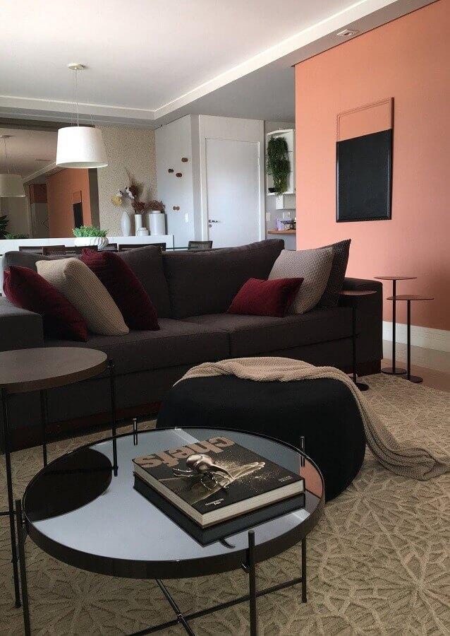 sala de estar decorada com sofá cinza e puff preto redondo Foto Studio Elen Saravalli