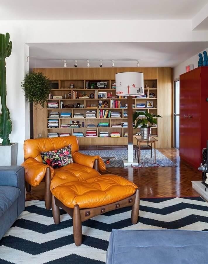 sala de estar decorada com tapete chevron e poltrona marrom de couro Foto Histórias de Casa