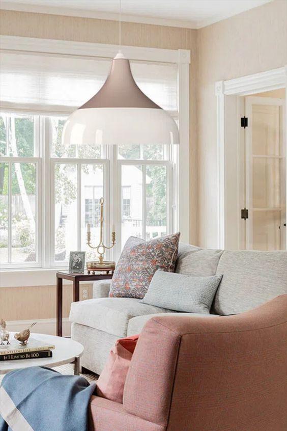 Sala de estar rose com lustre branco