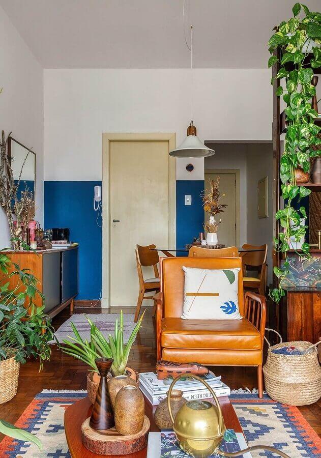 sala de estar simples decorada com poltrona marrom de madeira  Foto Histórias de Casa