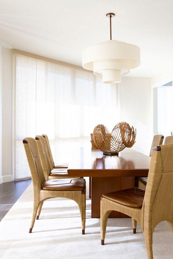 Sala de jantar com lustre branco moderno