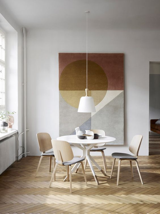 Sala de jantar com lustre branco pendente
