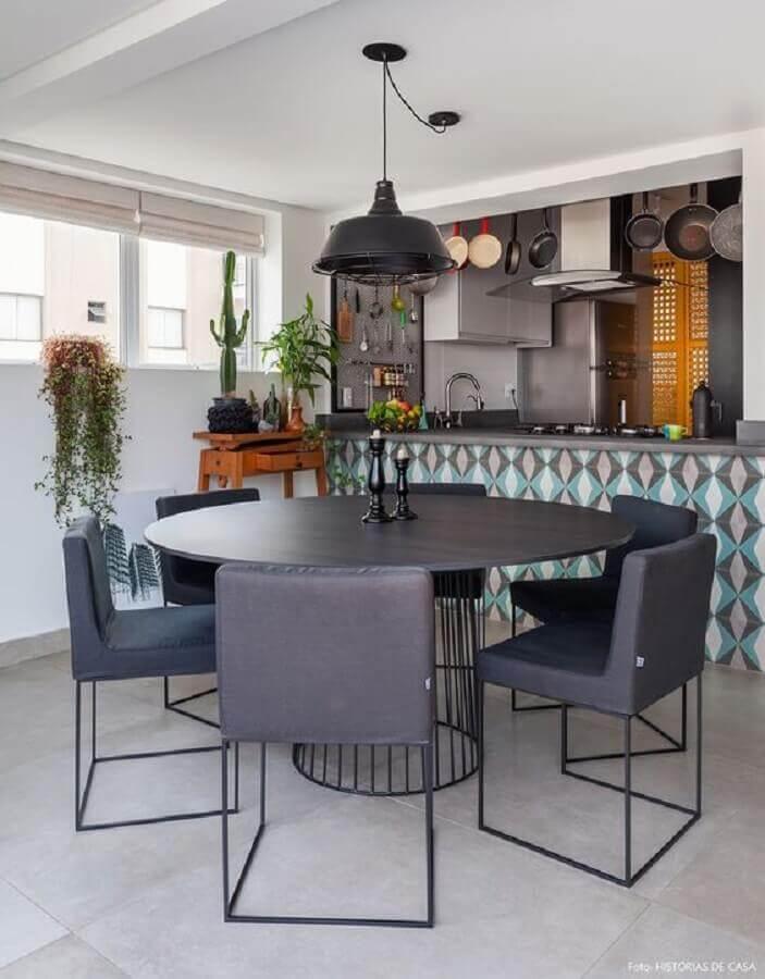 sala de jantar decorada com cadeira acolchoada preta moderna  Foto Arkpad
