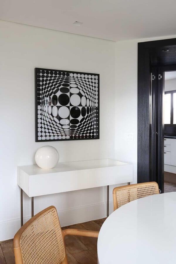Sala de jantar minimalista decorada com aparador branco
